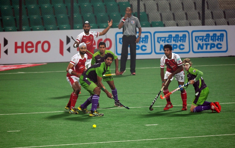 delhi-waveriders-in-action-against-mumbai-magicians-at-delhi-on-16-jan-2013_0