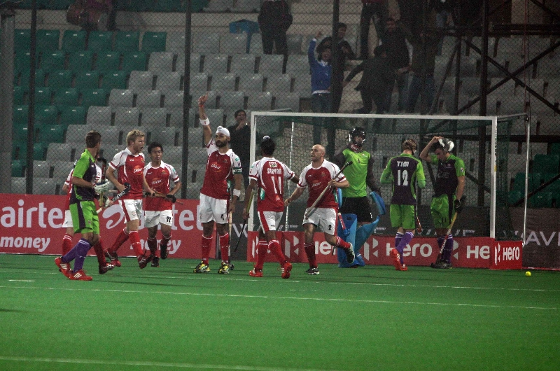 mumbai-magicians-celebrating-after-hitting-a-goal-against-delhi-waveriders-at-delhi-on-16-jan-2013-2