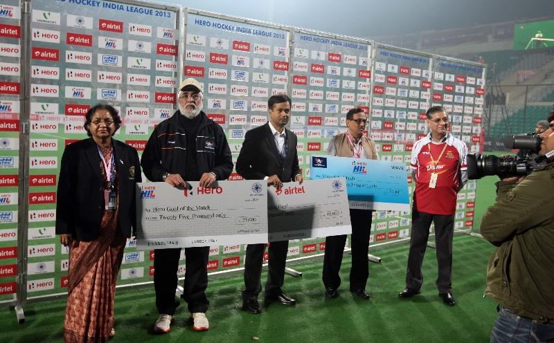 presentation-cermony-after-the-match-delhi-waveriders-vs-mumbai-magicians-at-delhi-on-16th-jan-2013