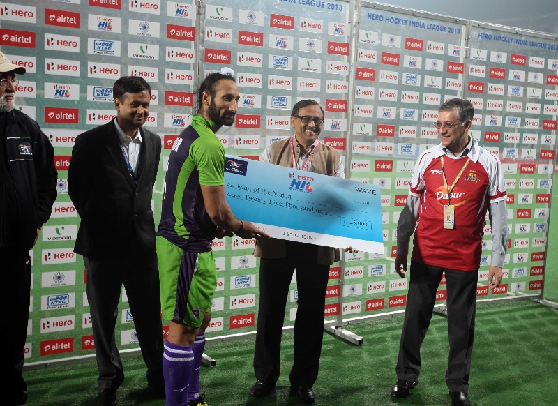 sardar-singh-is-awarded-by-the-man-of-the-match-award-against-mumbai-magicians-2
