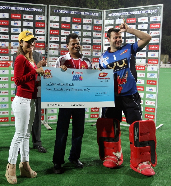 hero-man-of-the-match-award-given-to-cortes-franclsco-gk-from-ranchi-rhinos