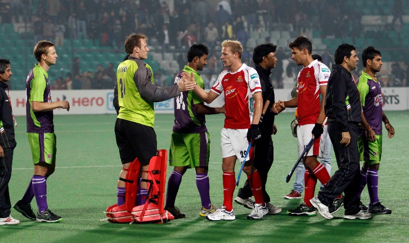 delhi-team-celebration-after-win-the-match-against-mumbai-magician-at-delhi-on-26th-jan-2013-1