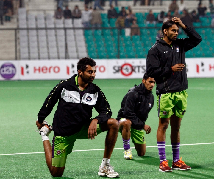 delhi-waveriders-team-during-warm-up-session-at-delhi-against-mumbai-magician-match-on-26th-jan-2013-1