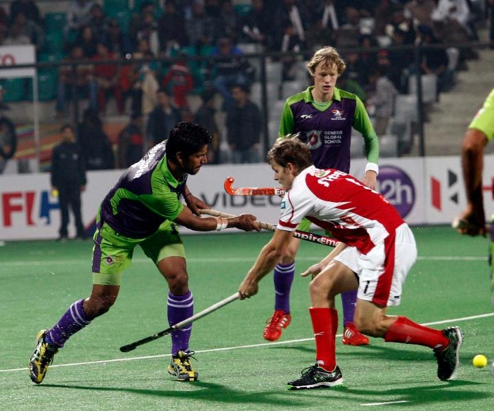 mumbai-skipper-swann-matthew-against-delhi-waveriders-player-at-delhi