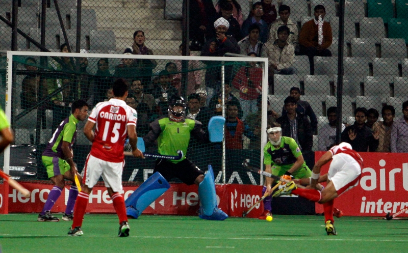 sandeep-singh-scoring-a-first-goal-for-mumbai-magician-in-panalty-corner-against-delhi-waveriders-at-delhi-2