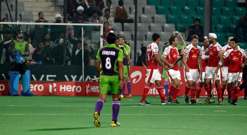sandeep-singh-scoring-a-first-goal-for-mumbai-magician-in-panalty-corner-against-delhi-waveriders-at-delhi-3