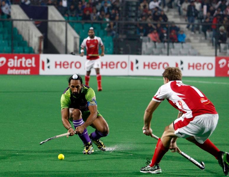 sardara-singh-in-action-against-mumbai-magicians-at-delhi-on-26th-jan-2013