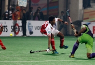 rupinder-pal-singh-scores-a-fourth-goal-for-delhi-waveriders-against-mumbai-magicians-at-delhi-on-26th-jan-2013-2
