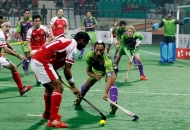 sardara-singh-of-delhi-waveriders-try-to-snatch-a-ball-from-mumbai-magician-player-at-delhi-on-26th-jan-2013