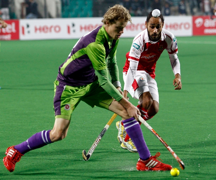tim-jennisken-of-delhi-waveriders-and-satbir-singh-in-action