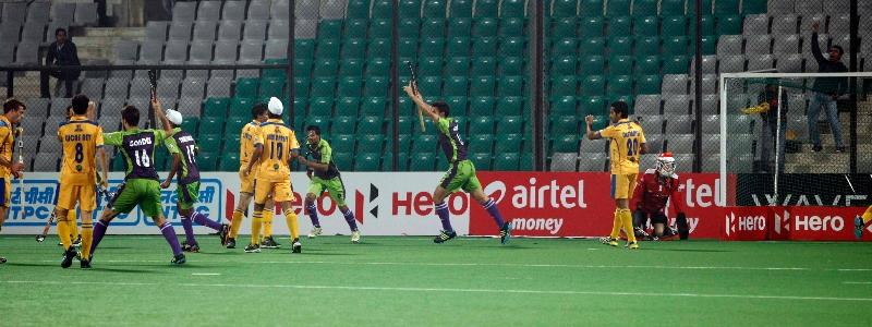 aakashdeep-singh-of-delhi-waveriders-scoring-a-first-goal-for-delhi-waveriders-against-punjab-warriors-at-delhi-on-29th-jan-2013-1