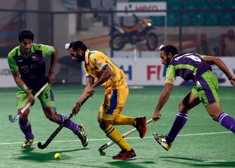 punjab-warriors-and-delhi-waveriders-player-in-action-during-the-match-between-punjab-warriors-and-delhi-waveriders-at-delhi-on-29th-jan-2013-2_0