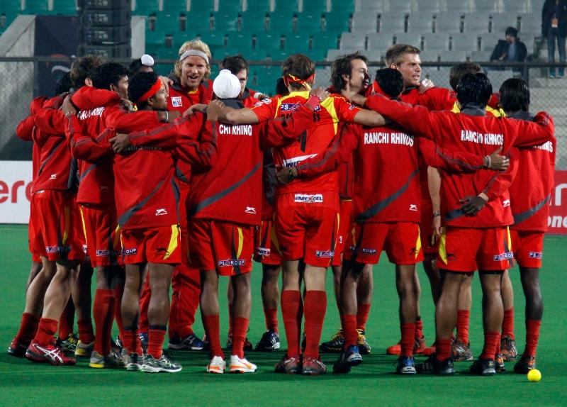 ranchi-rhinos-team-during-warp-up-session-at-delhi-against-delhi-waveriders-match-on-30th-jan-2013-2