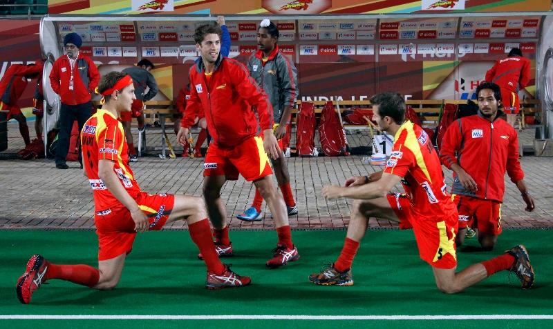 ranchi-rhinos-team-during-warp-up-session-at-delhi-against-delhi-waveriders-match-on-30th-jan-2013-3