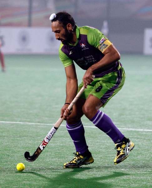 sardar-singh-in-action-during-the-match-against-ranchi-rhinos