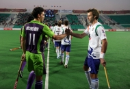 andrew-player-of-delhi-waveriders-shake-hand-with-david-alegre-player-of-uttar-pradesh-wizards-at-delhi-on-7-feb-2013