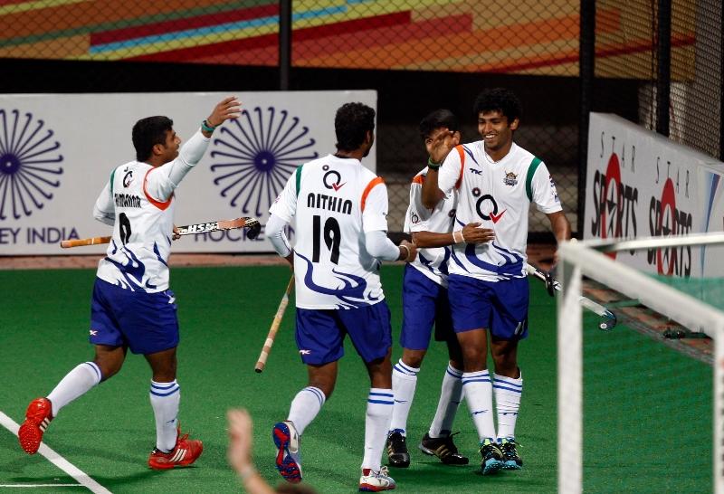 uttar-pradesh-wizards-team-celebrates-after-the-goal-against-delhi-waveriders-at-delhi-on-7-feb-2013_0