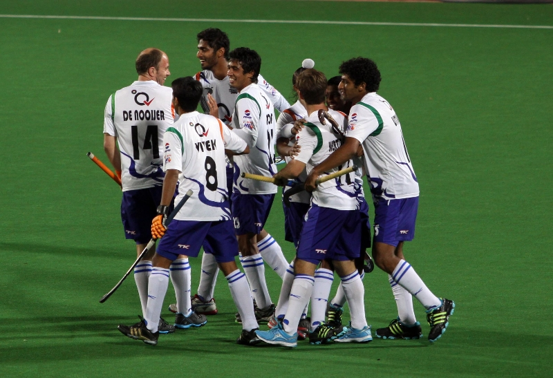 uttar-pradesh-wizards-team-celebrates-after-won-the-match-against-delhi-waveriders-at-delhi-on-7-feb-2013_0