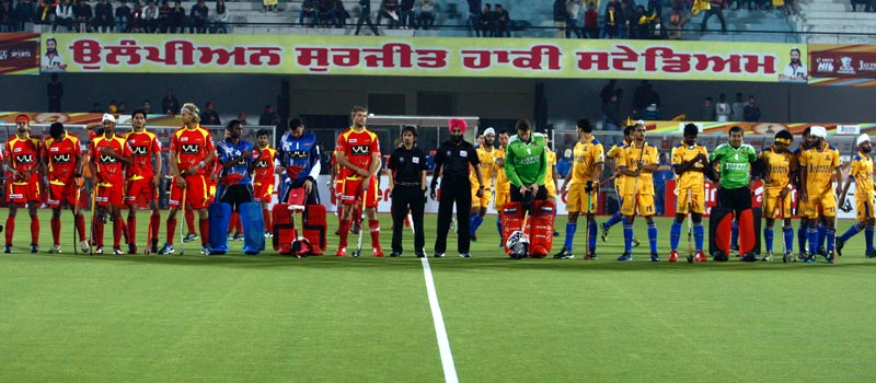 Both team line up before start the match at Jalandhar Punjab Warriors Vs Ranchi Rhinos on 16th jan 2013.