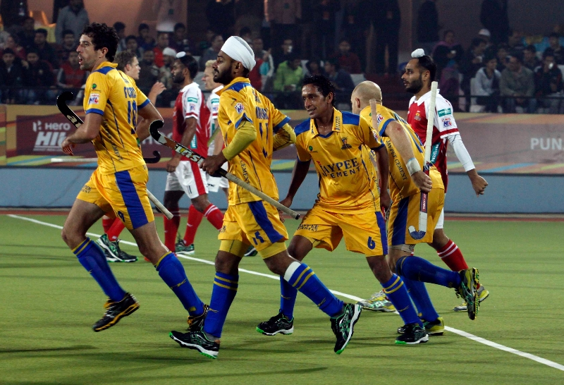 mark-knowles-of-punjab-warriors-scoring-a-first-goal-for-punjab-warriors-against-mumbai-magician-at-jalandhar-on-24th-jan-2013-1