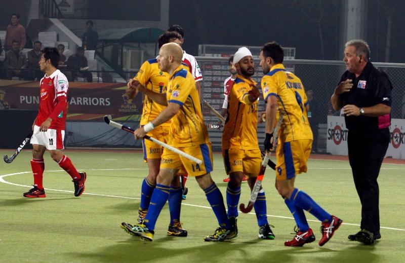 mark-knowles-of-punjab-warriors-scoring-a-first-goal-for-punjab-warriors-against-mumbai-magician-at-jalandhar-on-24th-jan-2013-2