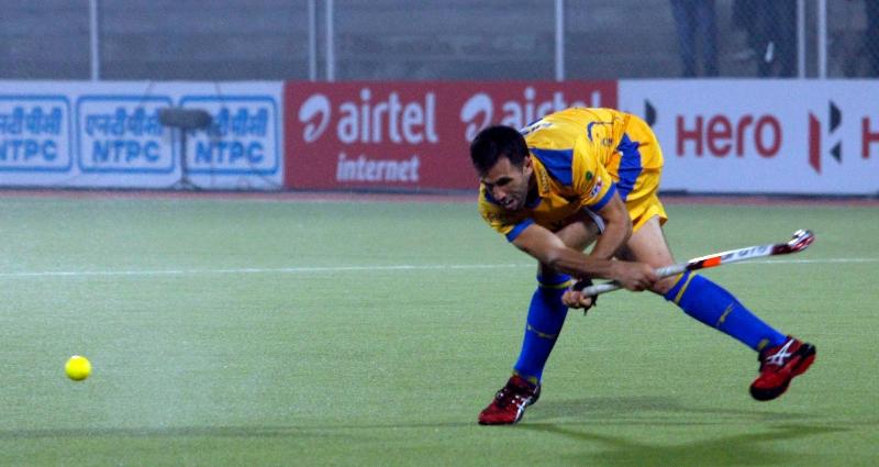 s-v-sunil-scores-third-goal-for-punjab-warriors-against-mumbai-magician-at-jalandhar-on-24th-jan-2013-1