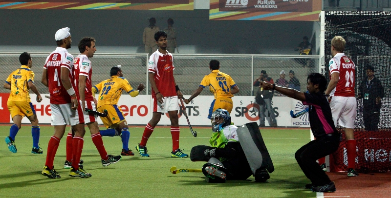 s-v-sunil-scores-third-goal-for-punjab-warriors-against-mumbai-magician-at-jalandhar-on-24th-jan-2013-2