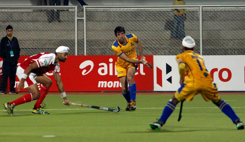 s-v-sunil-scores-third-goal-for-punjab-warriors-against-mumbai-magician-at-jalandhar-on-24th-jan-2013-5