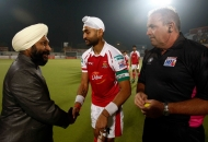 today-chief-guest-of-the-match-giving-well-wishes-to-mumbai-magician-skipper-sandeep-singh