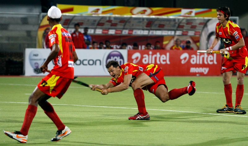 1st-goal-for-ranchi-rhinos-hit-by-justin-reid-ross-against-punjab-warriors-at-jalandhar-on-4th-feb-2013-2