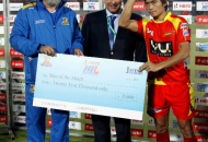 kothajit-singh-of-rr-receive-man-of-the-match-awards-from-leandro-negre