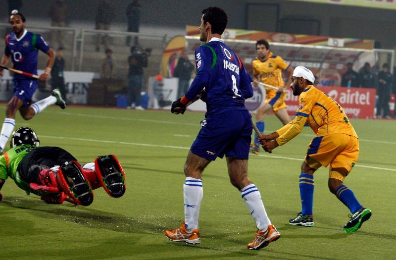 malak-singh-of-punjab-warriors-scoring-a-first-goal-for-punjab-warriors-against-up-wizards-at-jalandhar-on-22nd-jan-2013-2