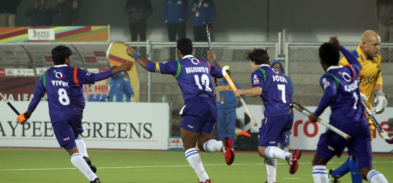 raghunath-skipper-of-up-wizards-scoring-a-first-goal-for-up-wizards-against-punjab-warriors-at-jalandhar-on-22nd-jan-2013-5