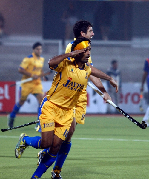 shivendra-singh-of-punjab-warriors-scoring-a-first-goal-for-punjab-warriors-against-up-wizards-at-jalandhar-on-22nd-jan-2013-1