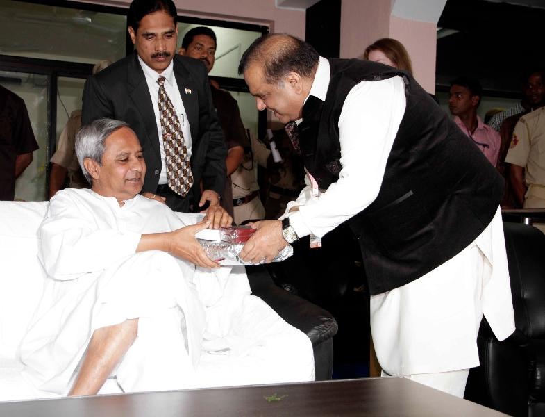 Dr Narinder Batra, Chairman HHIL presenting memento to Chief Minister of odisha Mr. Naveen Patnaik