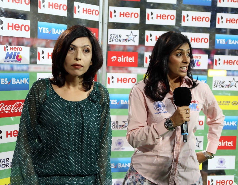 bollywood actress shilpa shukla with anchor during the game