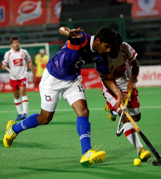 UPW player Uthappa in action with DMM player
