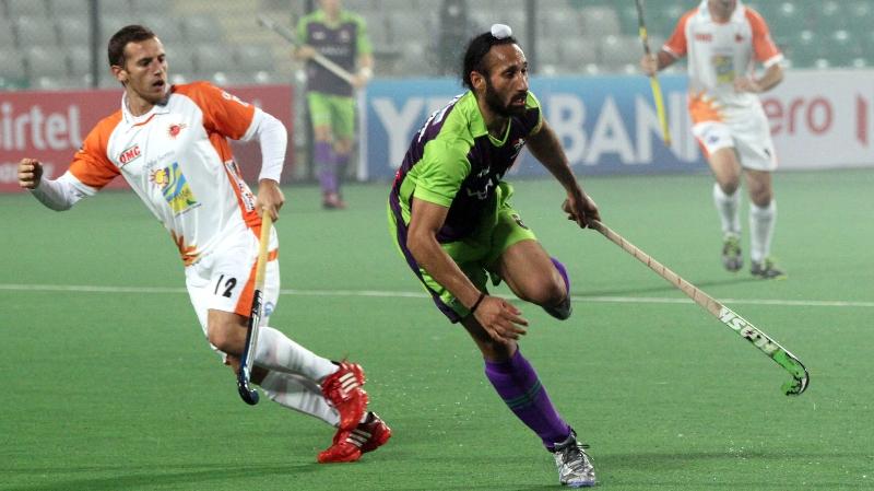 sardar-singh-c-of-dwr-in-action-against-kl