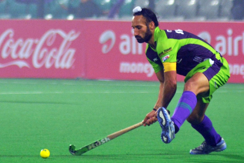 sardar-singh-c-of-dwr-in-action-against-kl_1