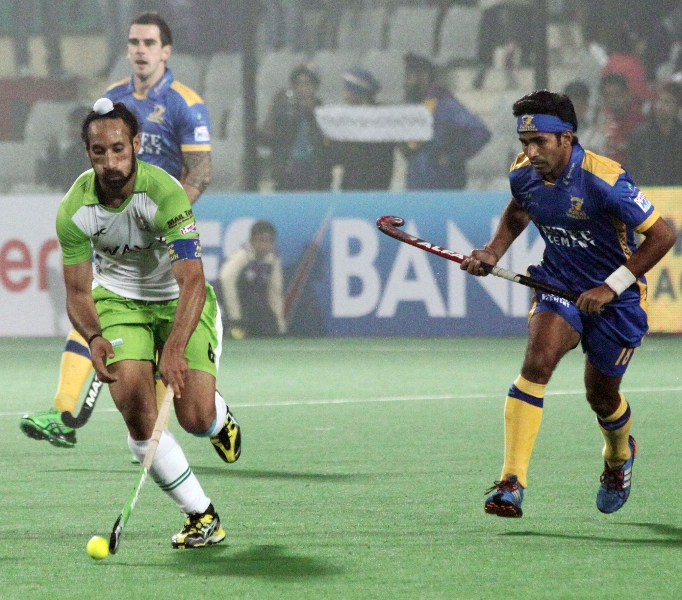 sardar-singh-c-of-dwr-in-action-against-jpw_1
