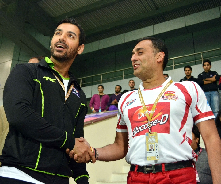 bollywood-actor-john-abraham-and-amit-burman-owner-of-dmm-at-delhi-1