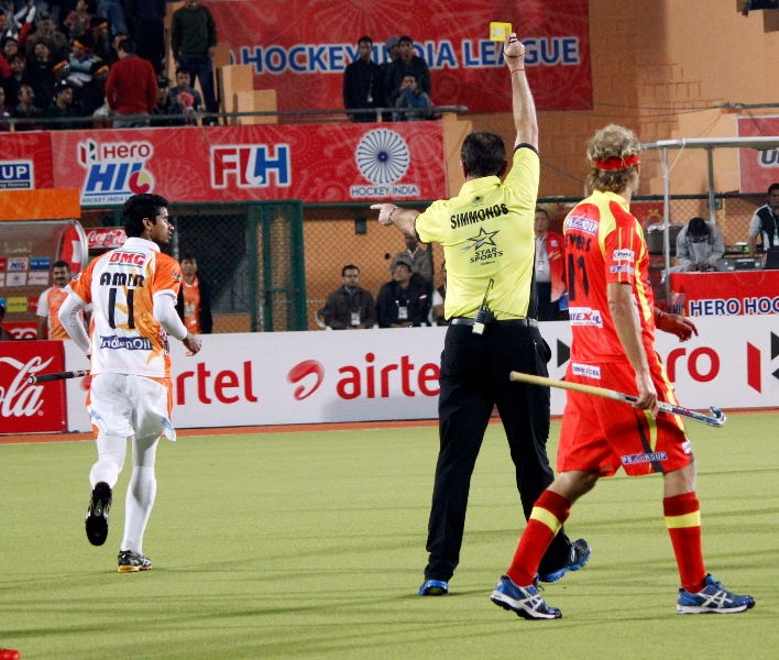 umpire-gary-simmonds-showing-yellow-card-to-mohd-amir-khan-of-kl