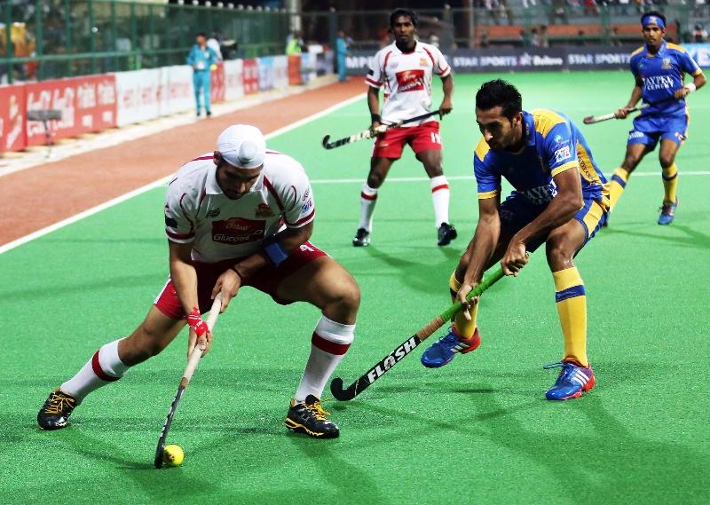 gurjinder-singh-player-of-dmm-in-action-against-jpw-at-mumbai-on-08th-feb-2014-2