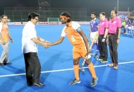 niranjan-pujari-industries-minister-of-odisha-sahking-hands-with-players