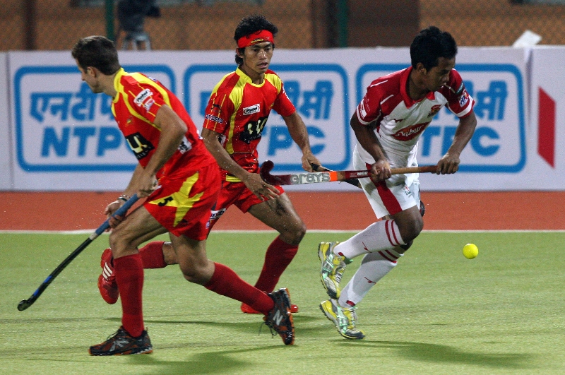 kothajit-singh-in-center-during-action-of-17th-match-of-hhil2013-at-ranchi