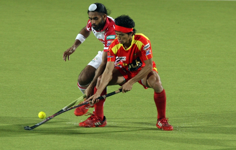 kothajit-singh-in-red-in-action-during-17th-match-of-hhil2013-at-ranchi