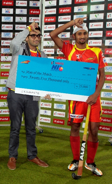 man-of-the-match-mandeep-singh-during-presentation-ceremony-of-match-no-17th-hhil-2013-at-astroturf-hockey-stadium-ranchi
