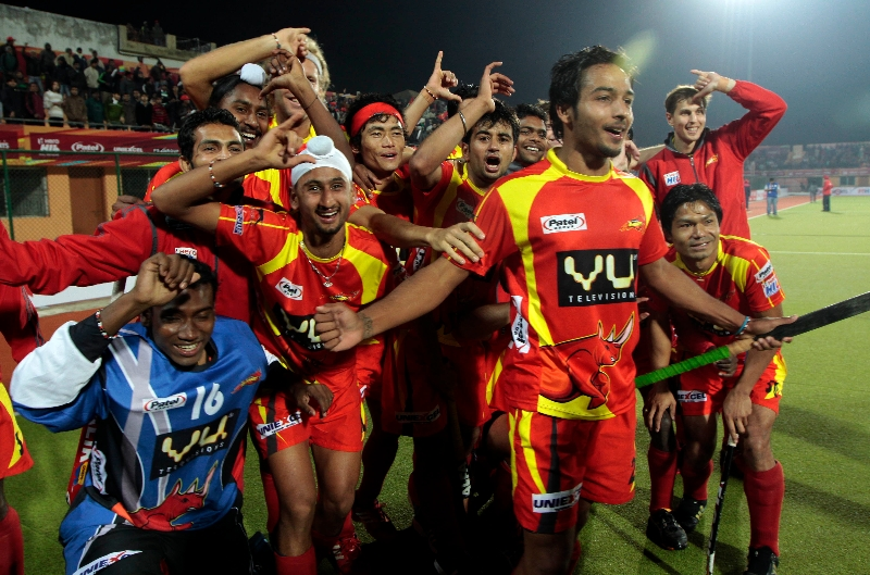 ranchi-rhinos-players-giving-rhinos-salute-after-won-the-matc-1