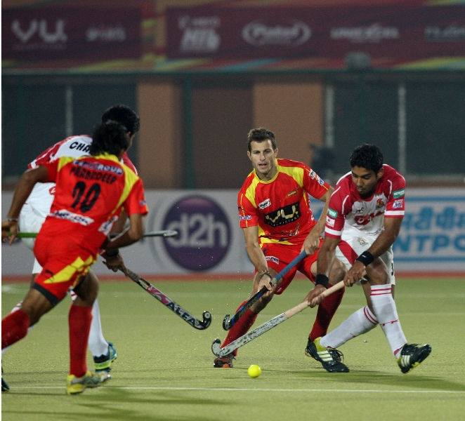 ranchi-rhinos-players-in-red-jersey-and-mumbai-magician-players-in-white-jersey-in-action-during-17th-match-of-hhil-2013-at-astroturf-hockey-stadium-at-ranchi-on-date-28-jan-2013-3