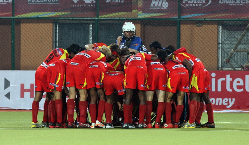 team-huddle-of-ranchi-rhinos-during-17-match-of-hhil-2013-at-ranchi-hockey-stadium